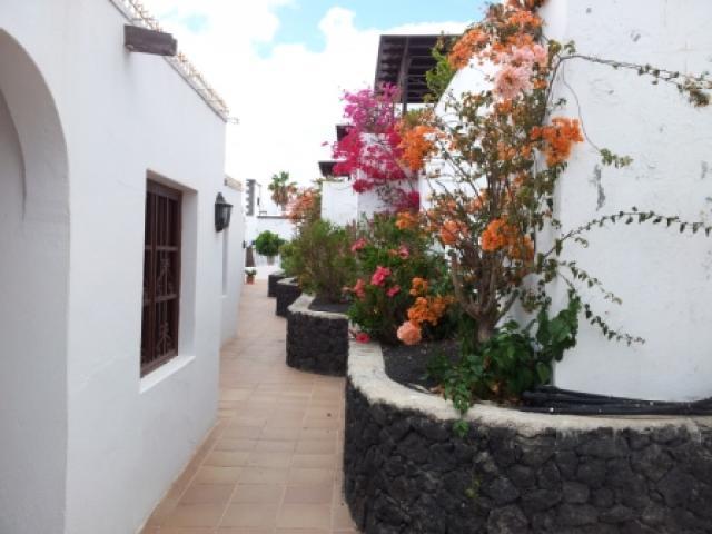 Access pathway to the front door - 27 Lago Verde, Puerto del Carmen, Lanzarote